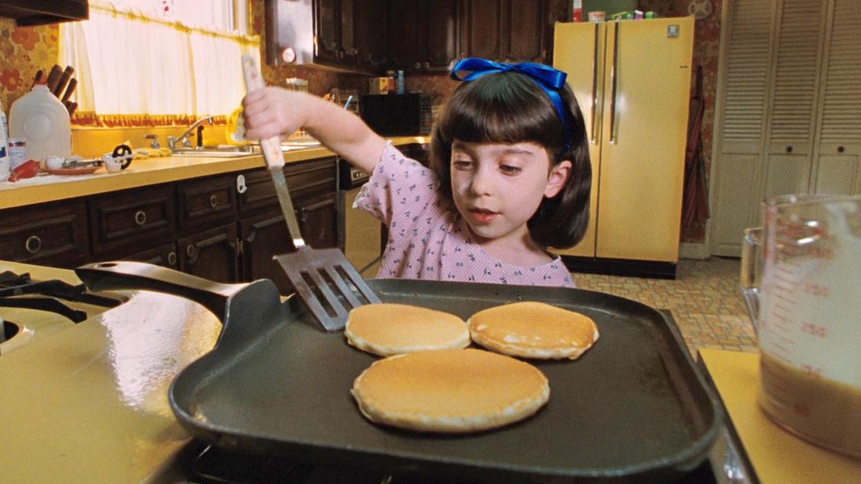 女孩被父母视为空气,4岁就开始自己做饭,6岁竟然拥有了超能力!速看奇幻电影《玛蒂尔达》
