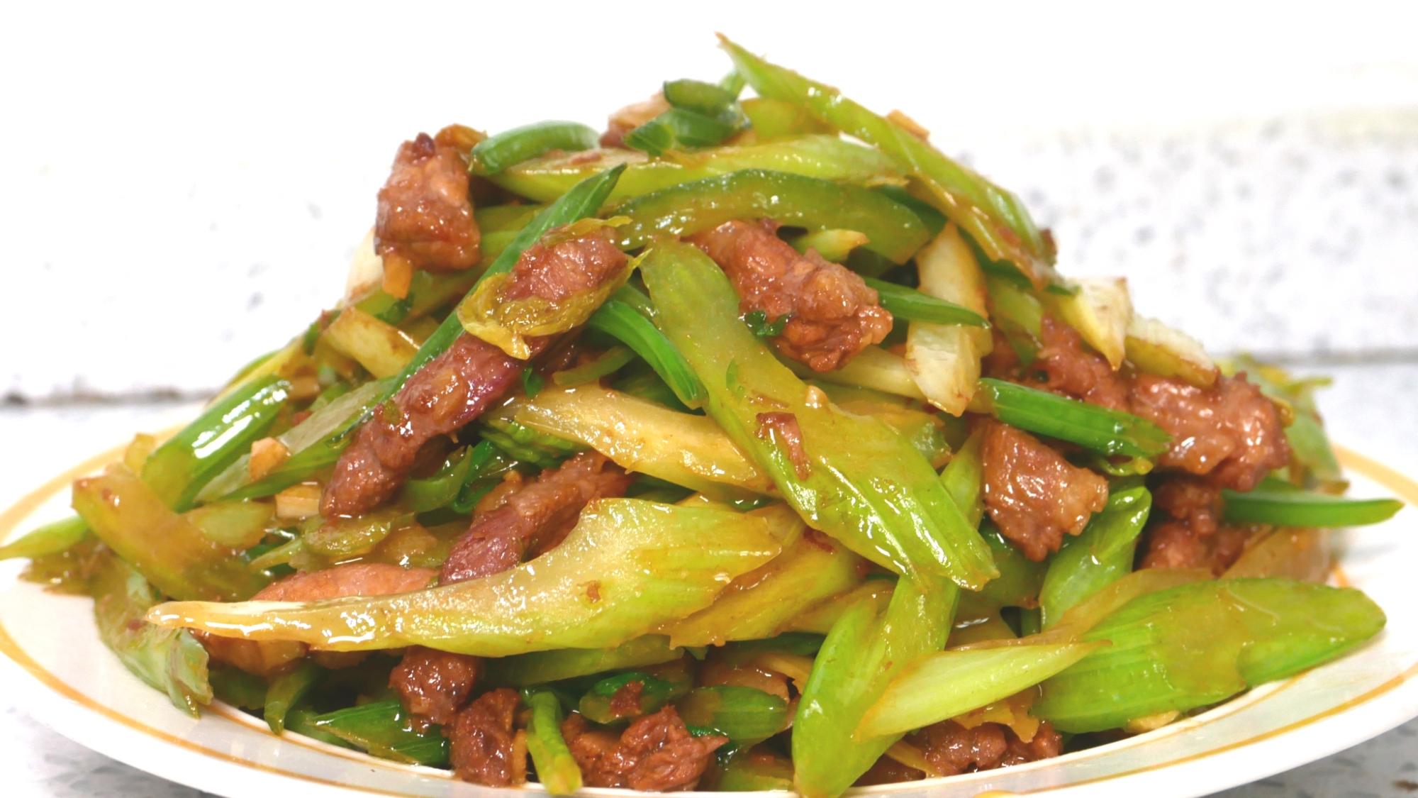 芹菜炒肉家常做法,学会这样做,爽脆开胃,比大饭店的还好吃