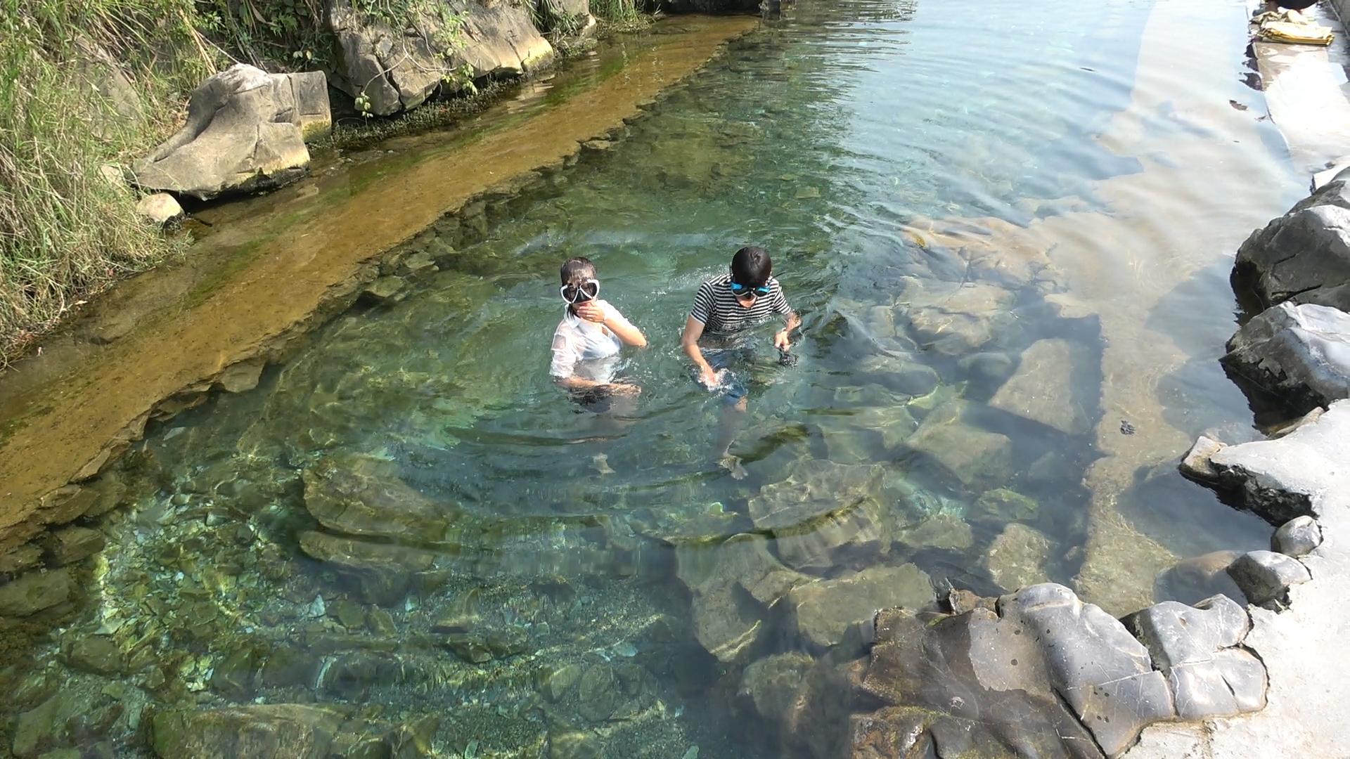 小明干完农活带小丫一起游泳,不慎把金项链掉入水中,尴尬了