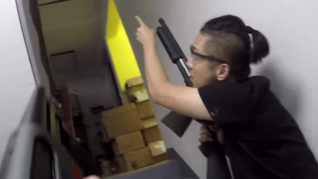 在工作室仓库用水弹870对喷是一种什么样的感觉?!