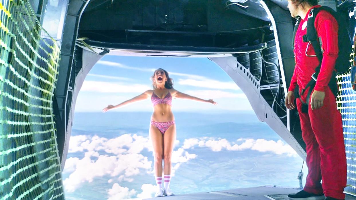 女孩可以无限复活,直接穿着比基尼,不带降落伞跳下了飞机!速看科幻电影《忌日快乐2》