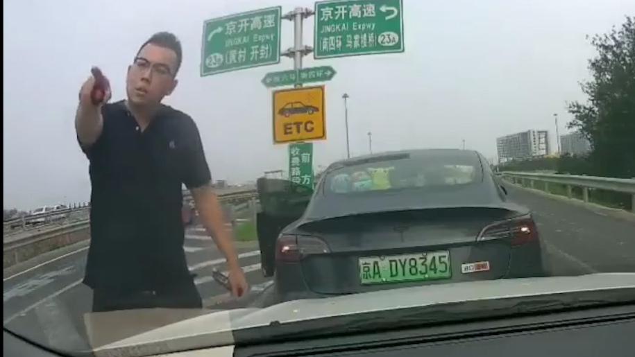第348期:这特斯拉车主强行变道,还在高速上停车威胁,大家看看他的丑恶嘴脸