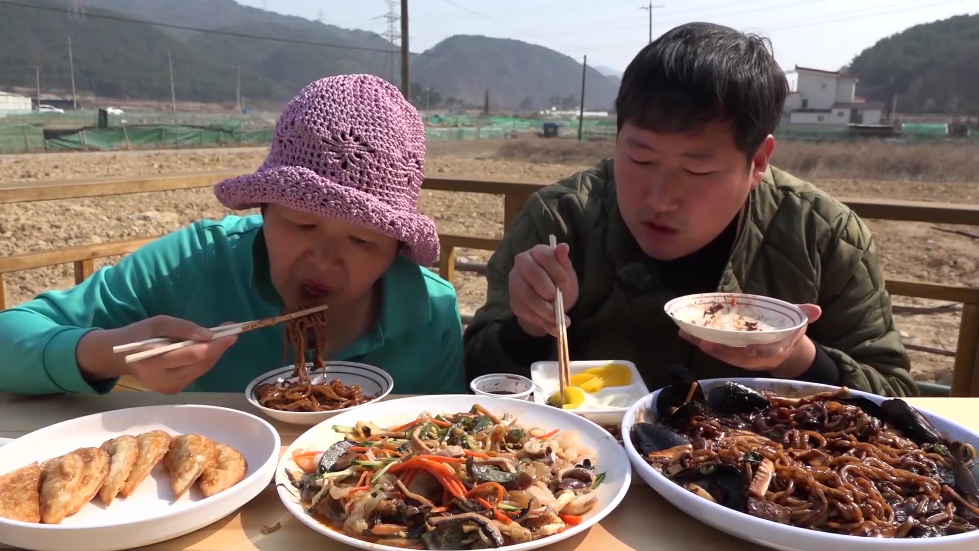 给妈妈买了最喜欢吃的海鲜什锦和炸酱面,加上煎饺吃的真幸福!
