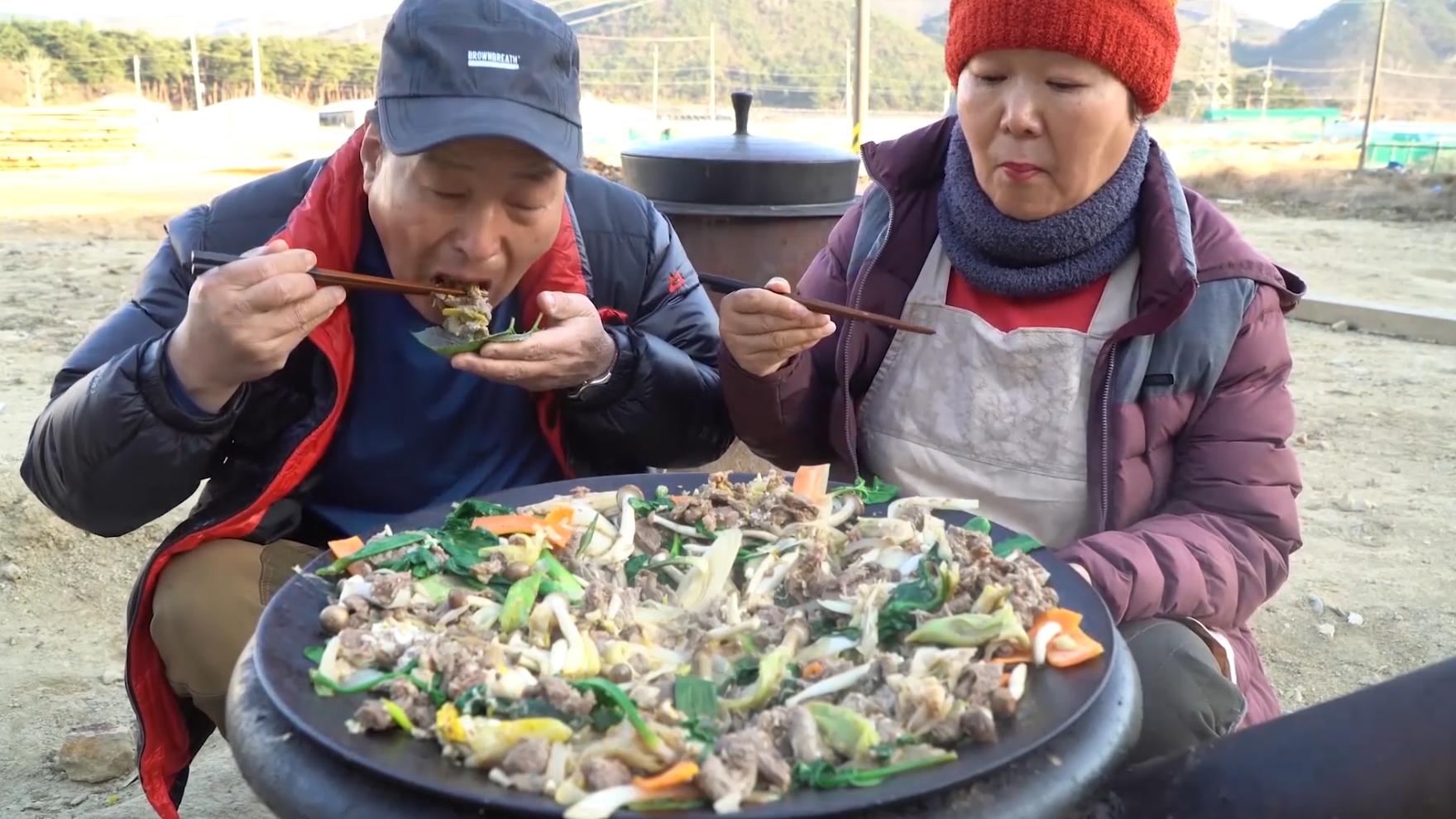 妈妈做了一大锅美味炒羊肉,加入蔬菜可以让羊肉的味道更干净哦!