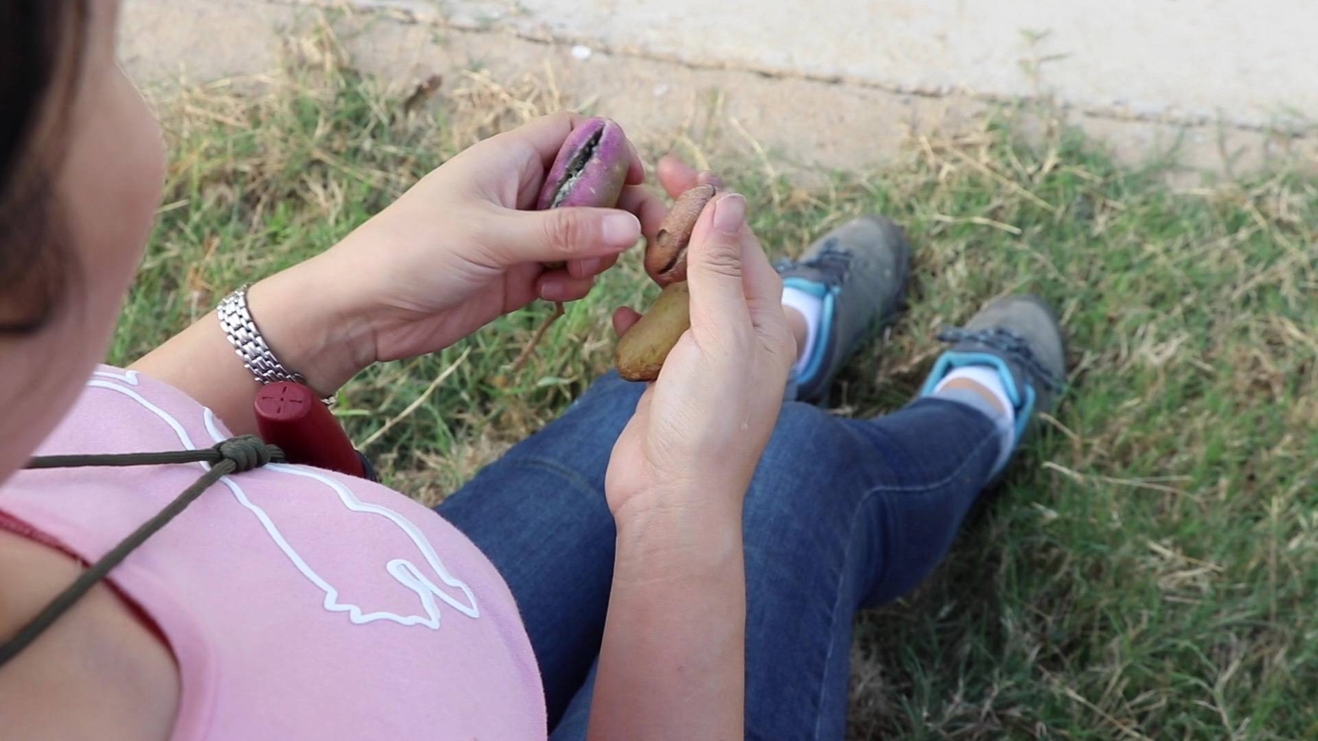 粉红小姐姐野外找到粉红八月果,人甜果也甜!