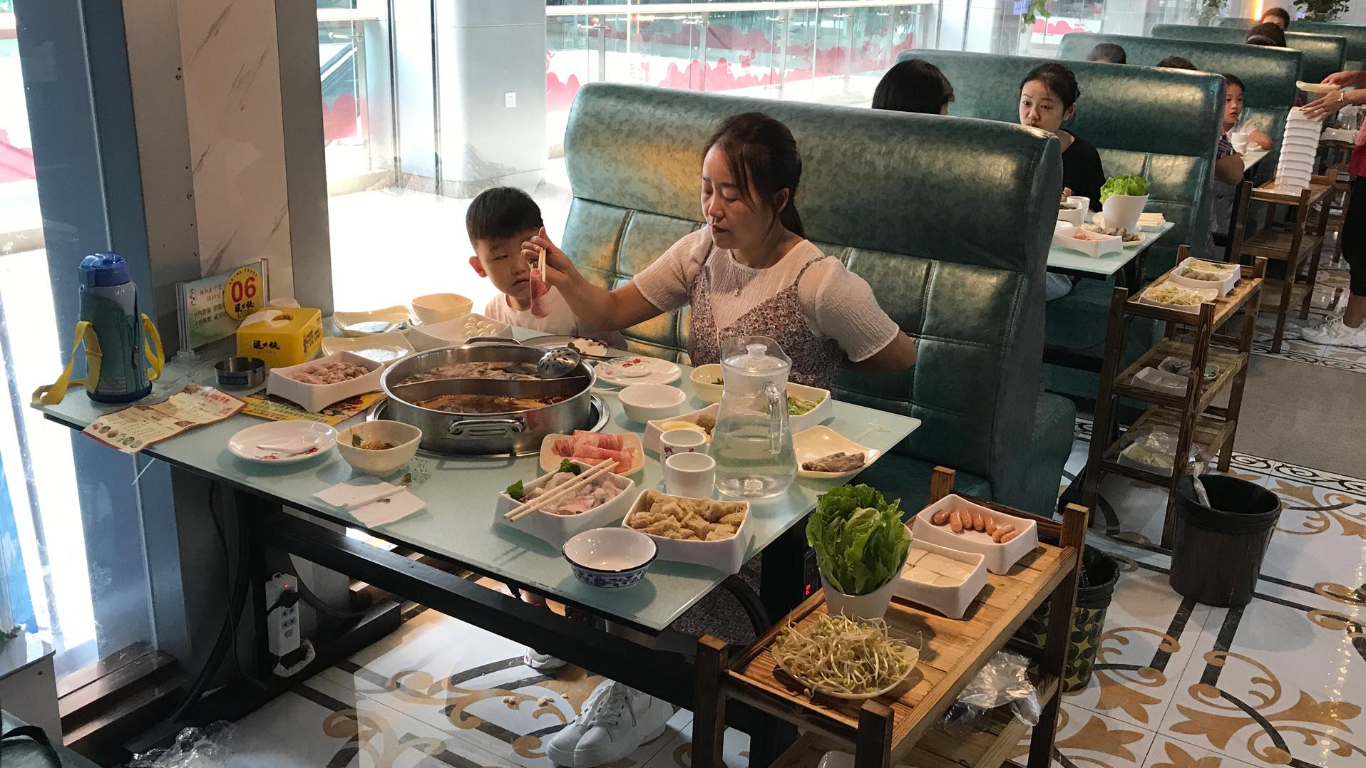 小夫妻出门吃饭,买98元的火锅套餐,送17份菜,媳妇觉得真实惠