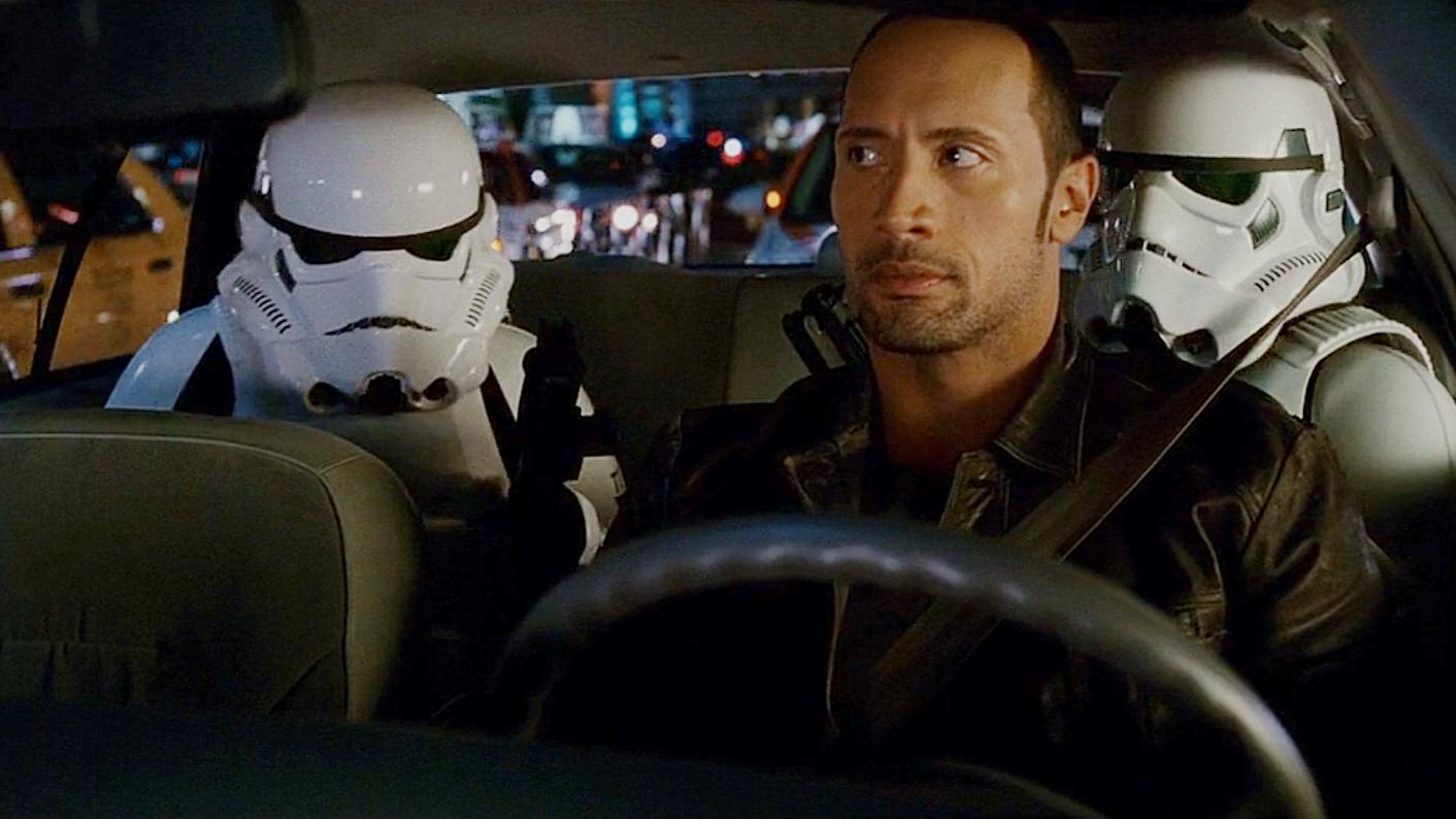 两名外星人坐出租车,一出手就给司机五万,原来他们能无限取钱!