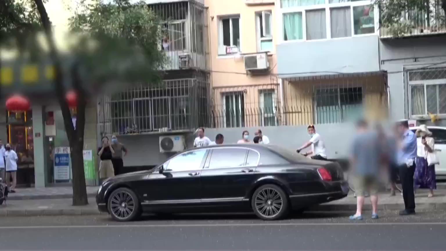 北京:宾利车挂着捷豹的车牌,车主还振振有词
