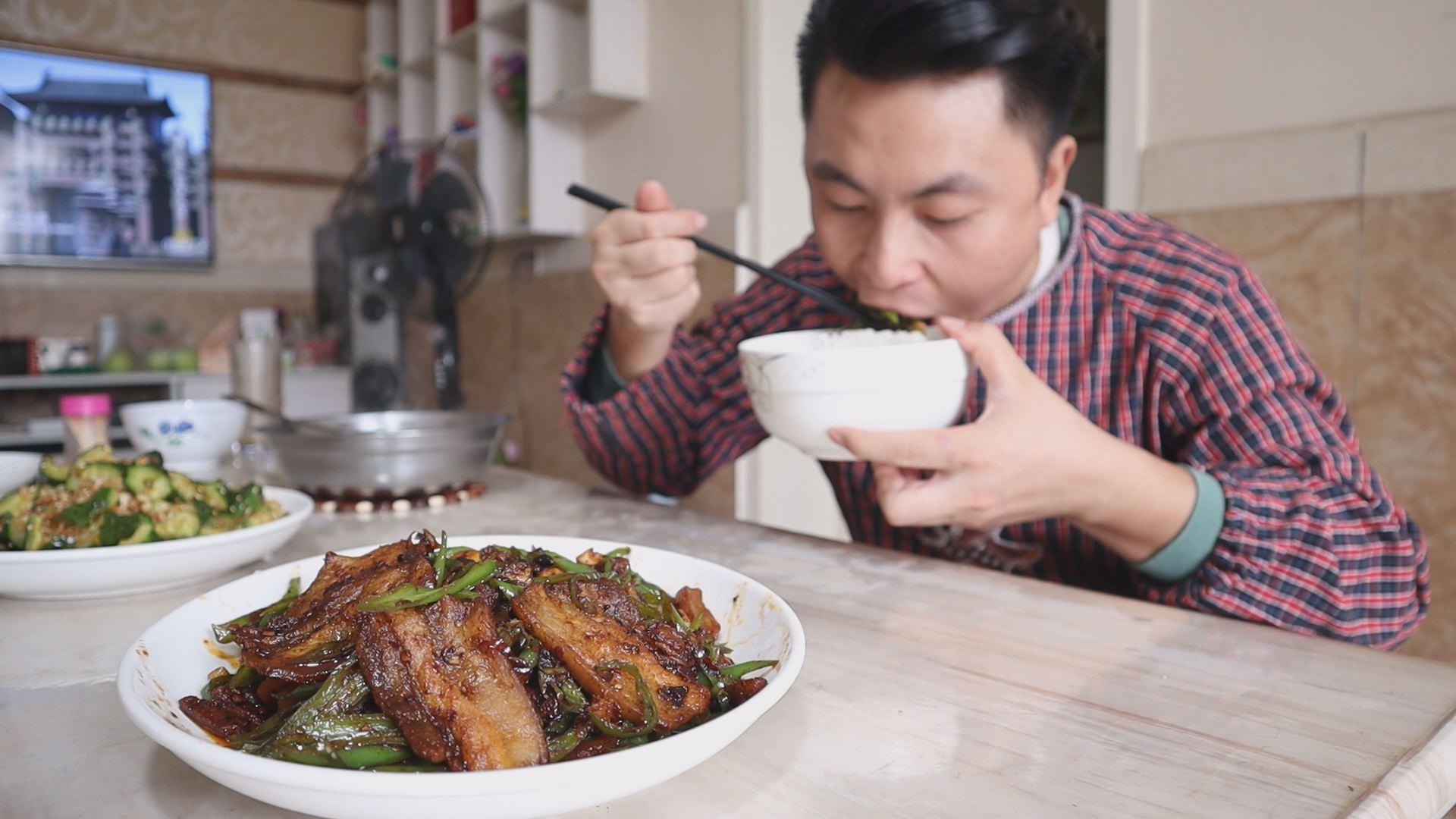 今日午饭尖椒回锅,几个月没吃过了,一口尖椒一口肉,下饭吃真香