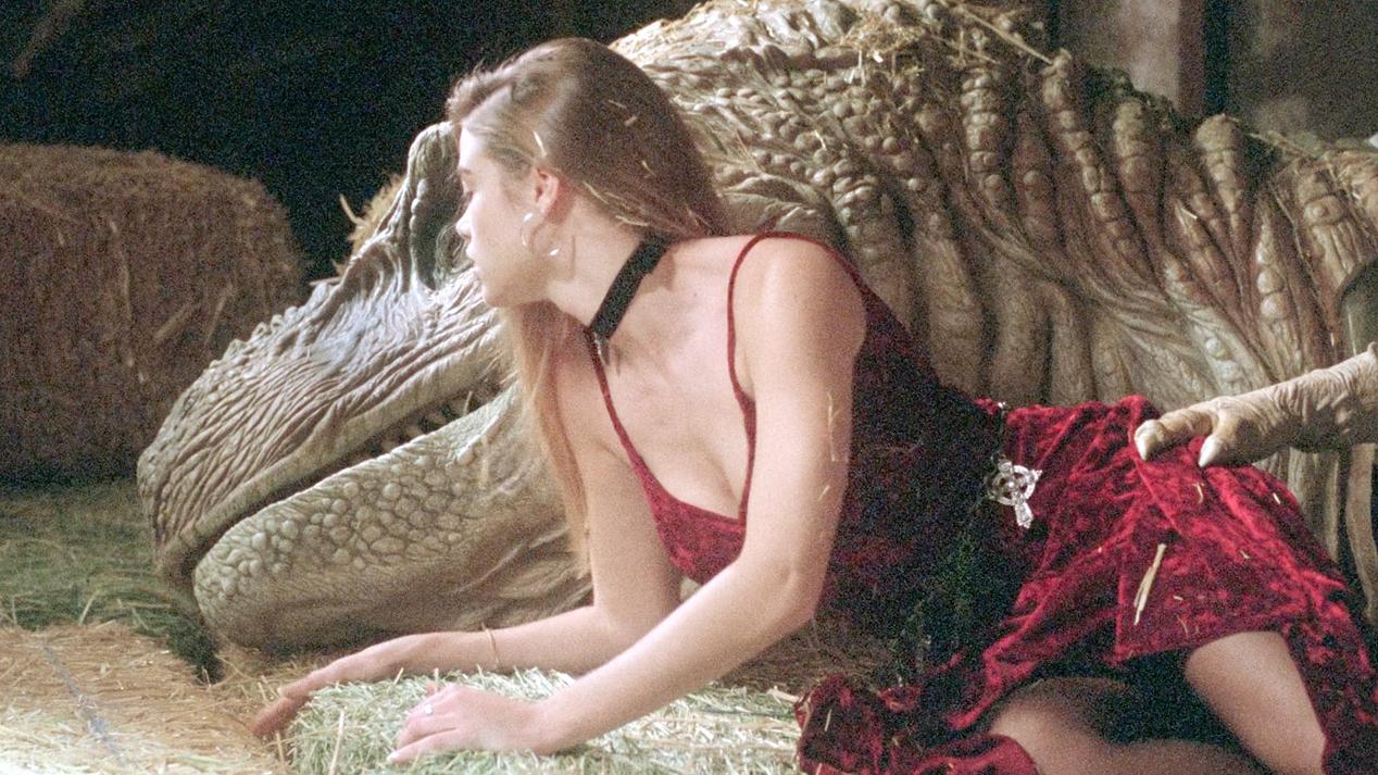 男子大脑被植入恐龙体内,变身机械霸王龙,女友骑着它四处逃命!速看科幻喜剧电影《百变侏罗纪》