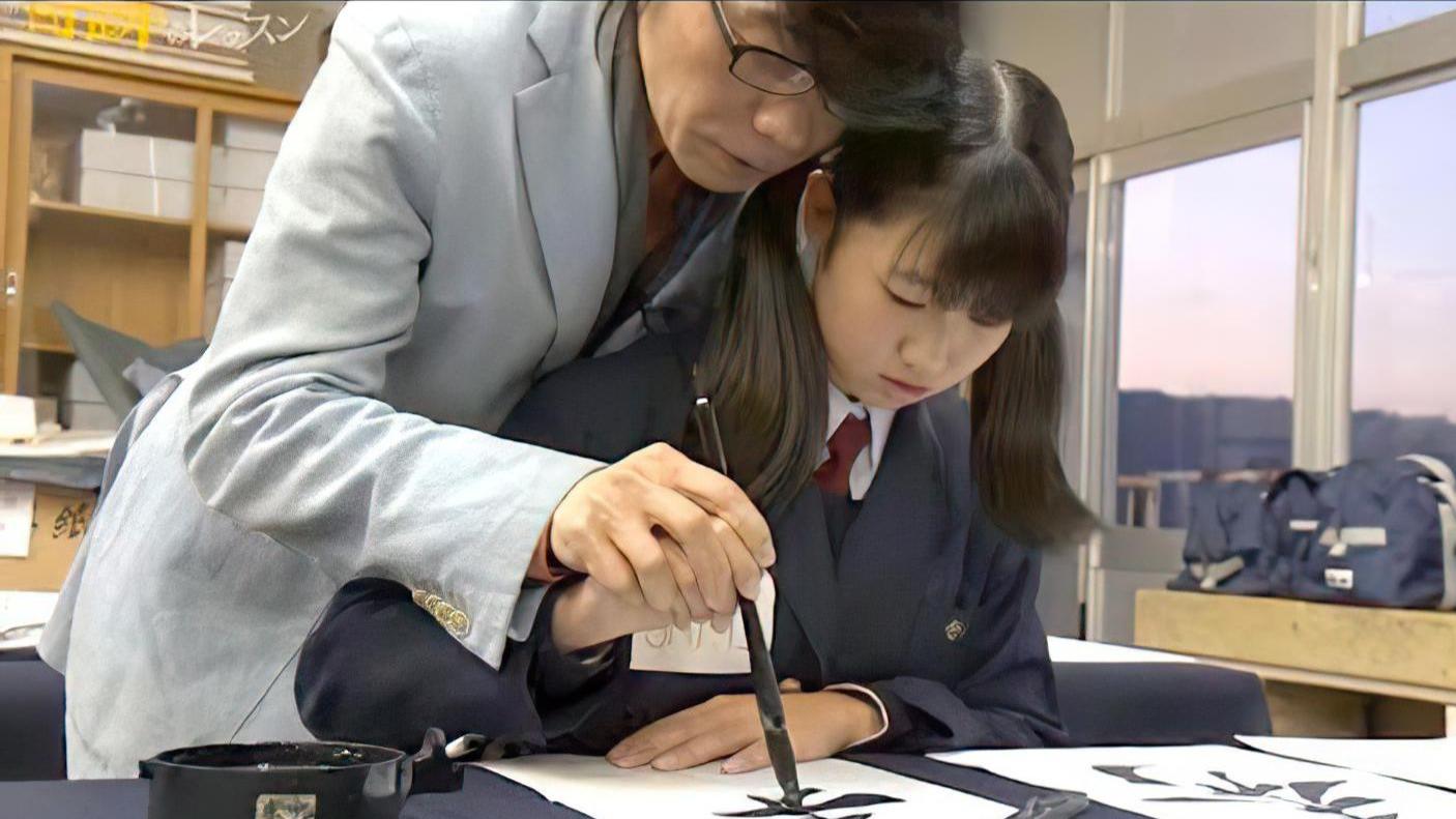 【文化使者表率】中国书法家 熊峰 在日本贴身教授小妹子软笔书法