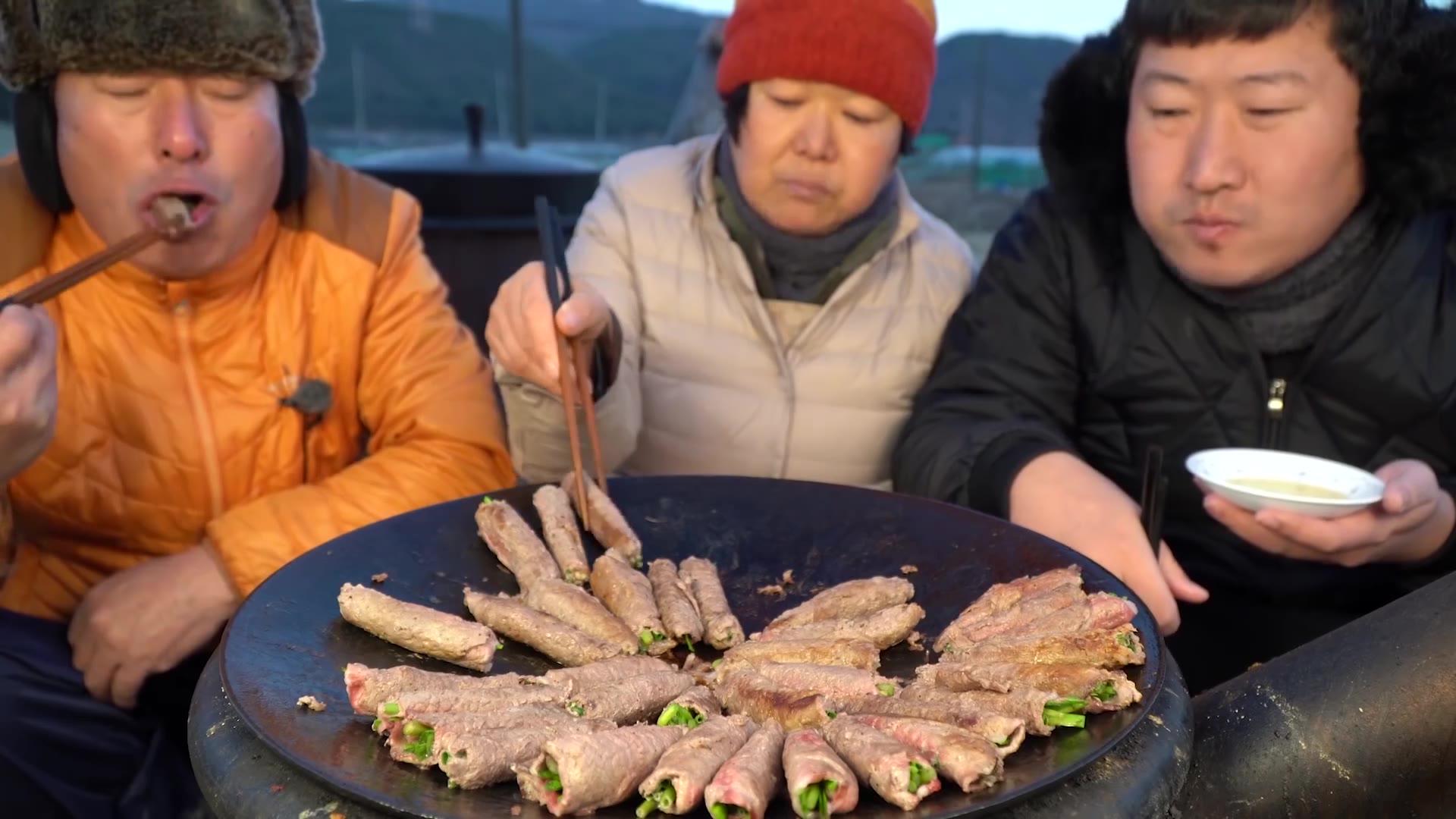 满满一锅好吃健康的牛肉蔬菜卷!沾上香油一起吃超好吃~