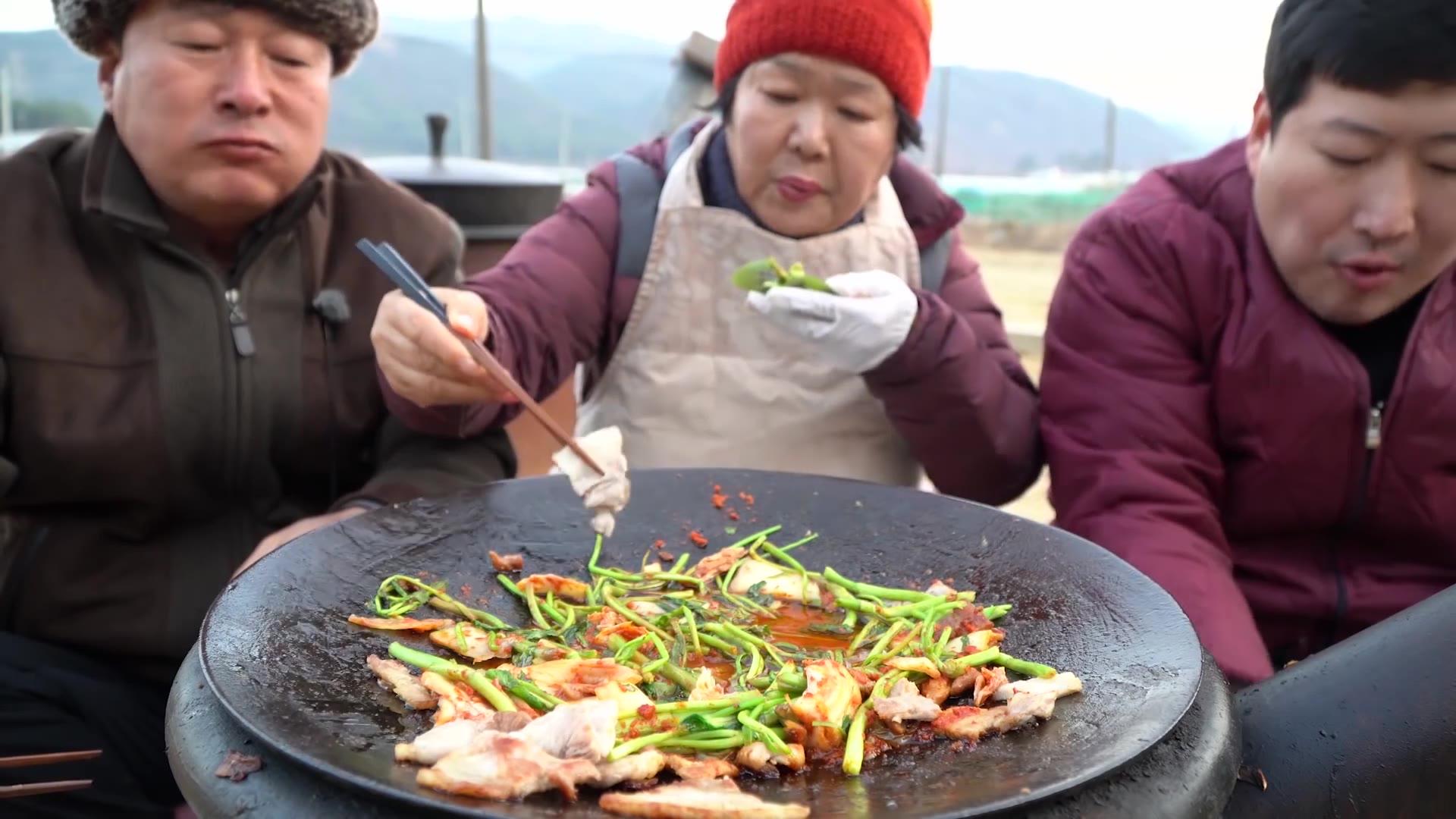 脆脆的芹菜和烤五花肉的组合,用苏子叶洋葱包上超好吃~