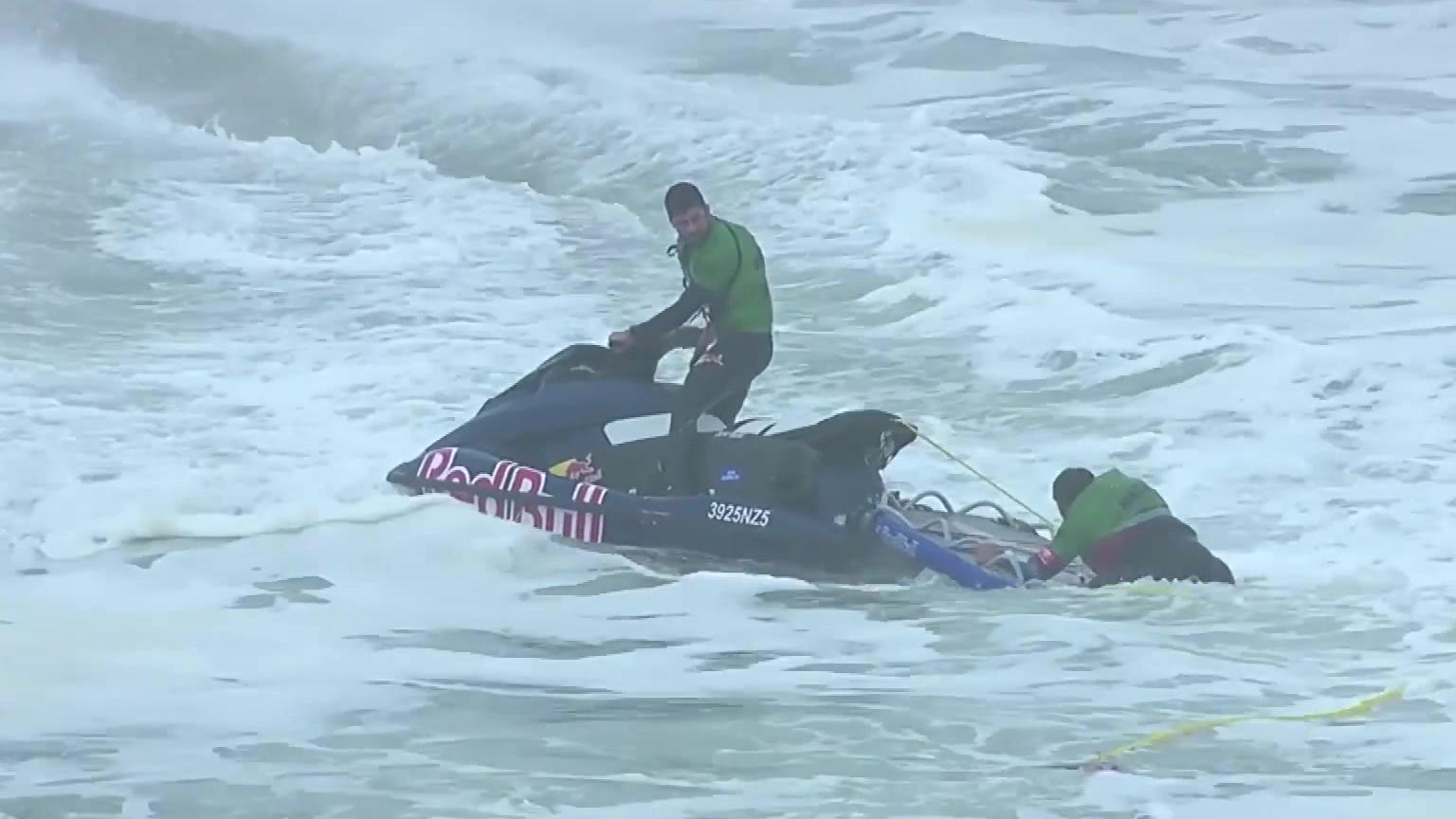 冲浪爱好者在巨浪中挑战自我