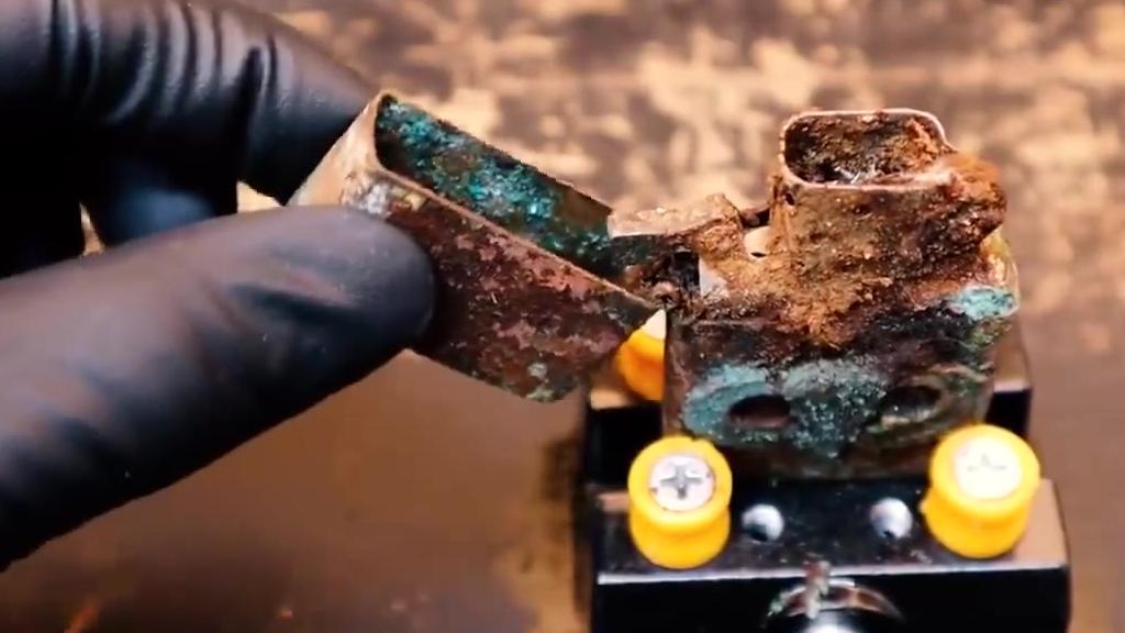 一个锈烂不堪的zippo打火机,在牛人的手里被完美的修复了。看着好过瘾