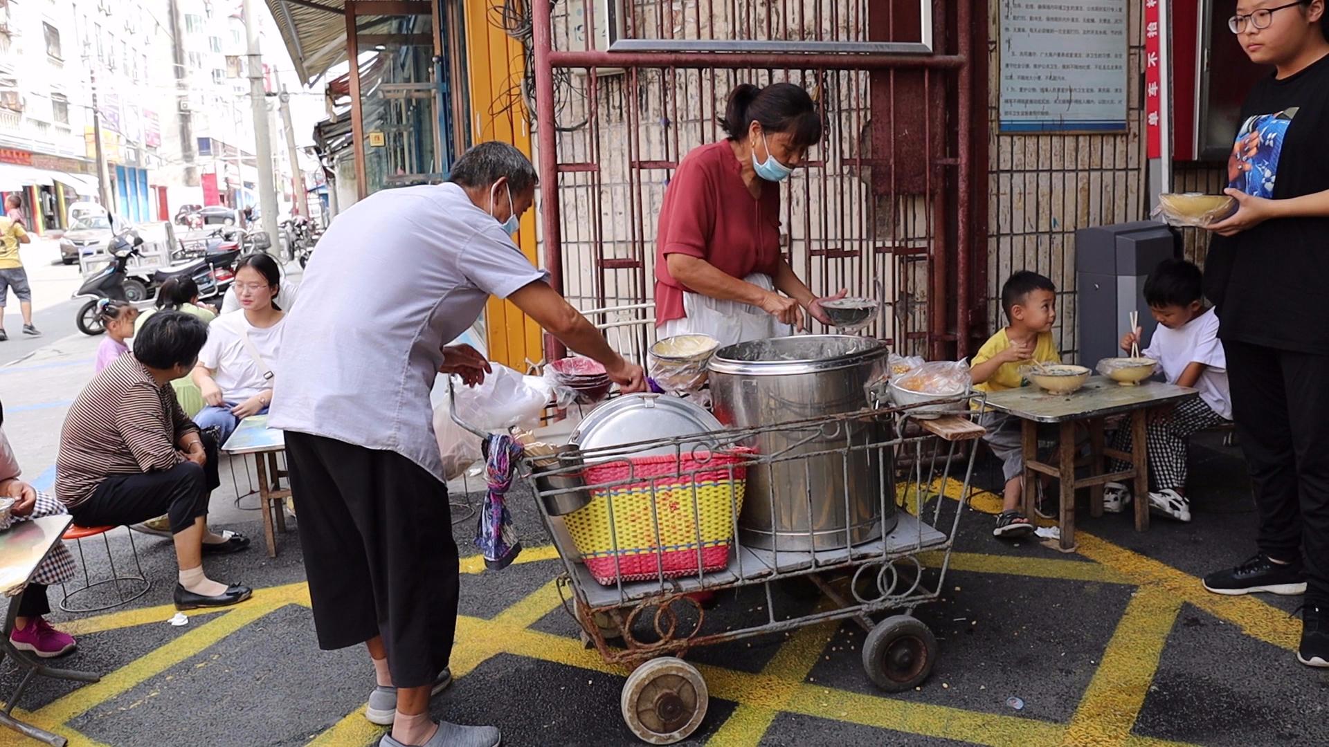 河南夫妇摆摊30年不挪地,40年婴儿车成招牌,顾客称比家里都好吃