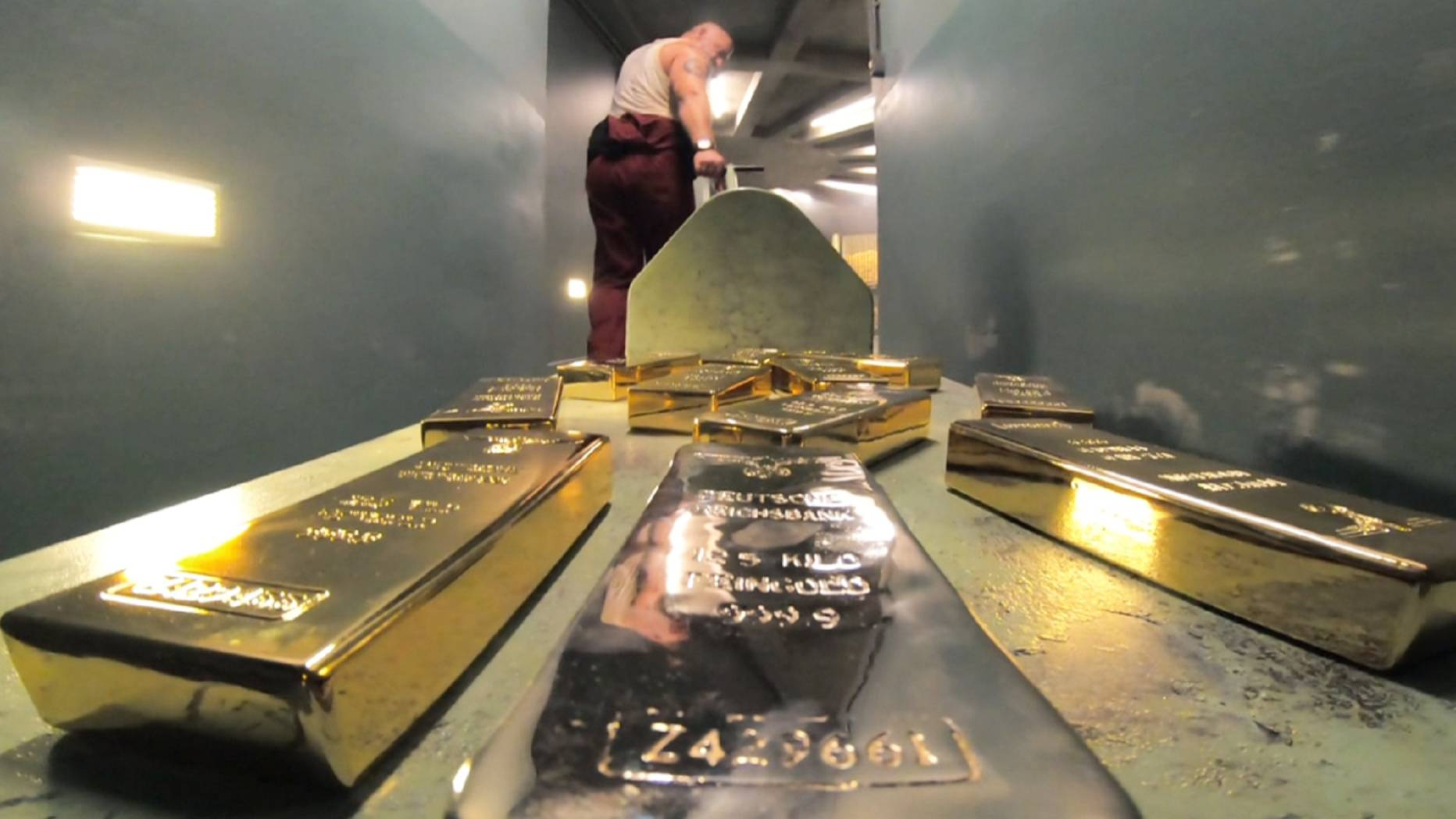劫匪将黄金熔成铜条,当做建筑废料,从警察眼前运走