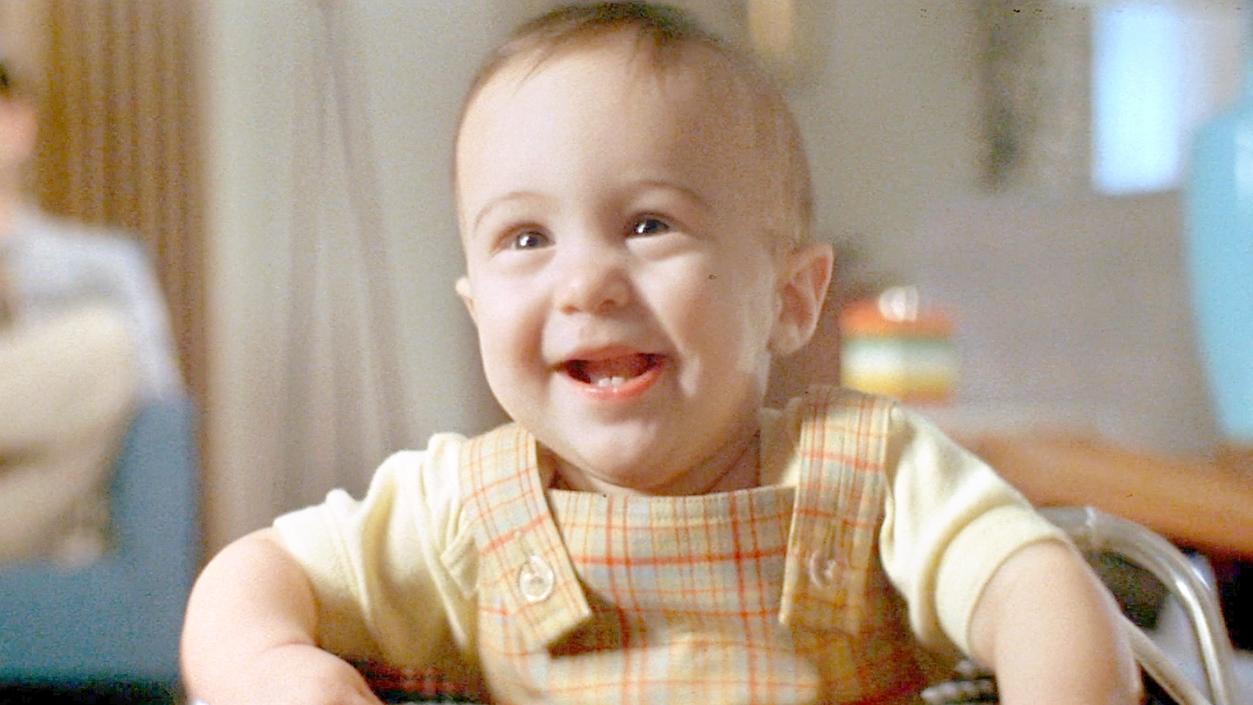 婴儿总是对着墙壁笑,父母以为儿子有病,其实他看到了4个鬼魂!速看奇幻电影《穿梭阴阳间》