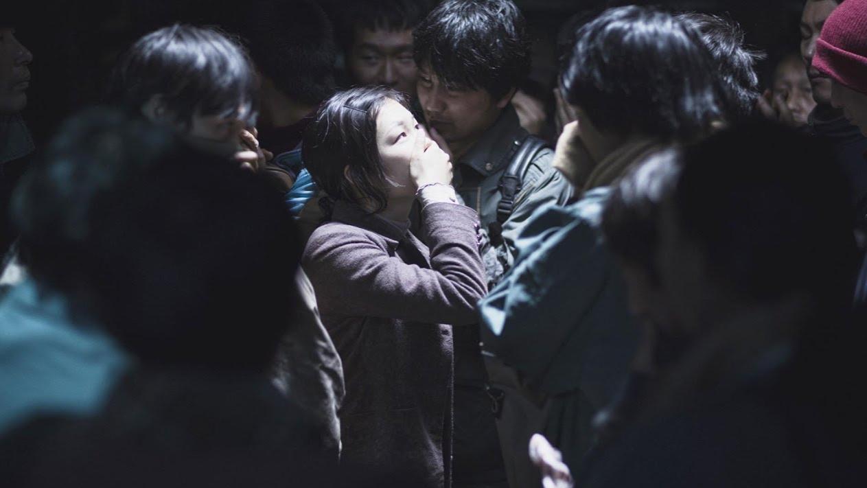 为了睡一个偷渡女人,亲如家人的船员兄弟竟自相残杀,人间悲剧!韩国犯罪电影《海雾》