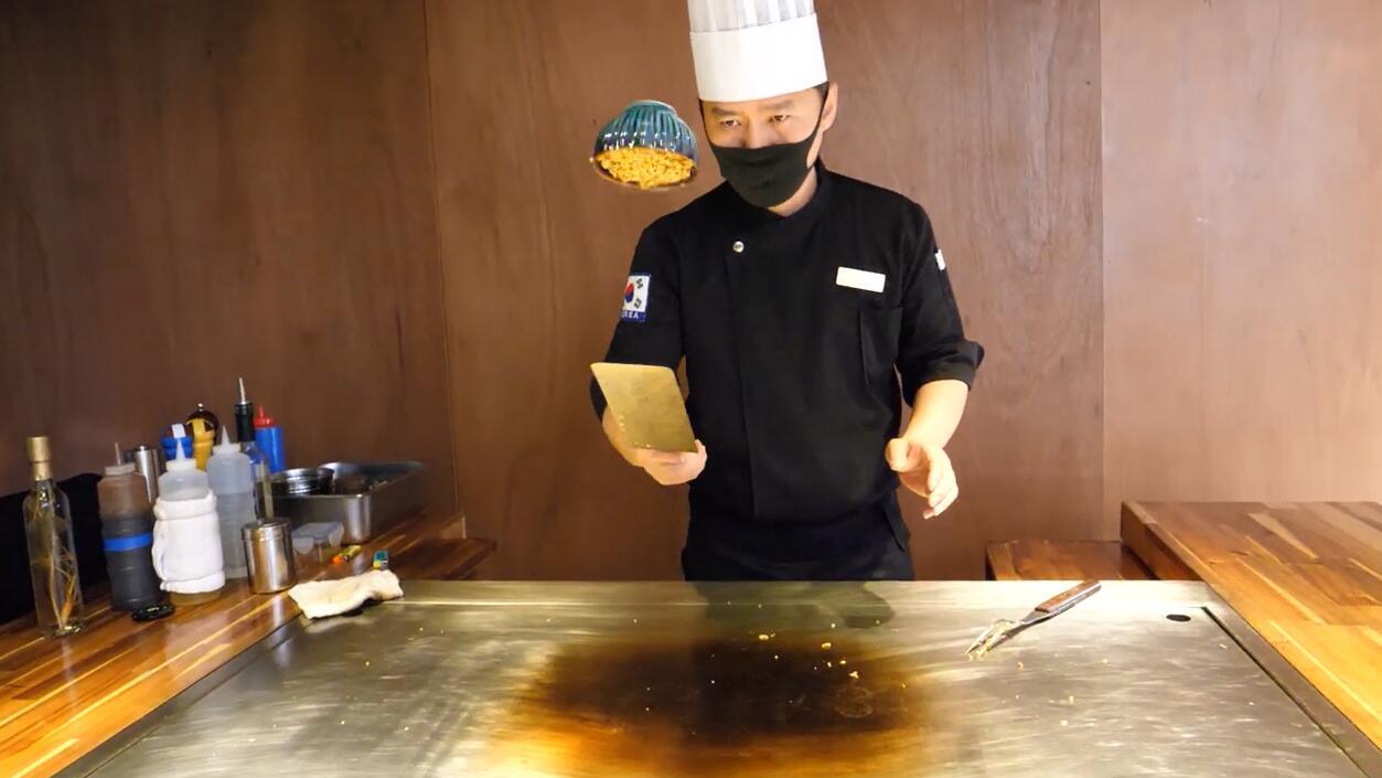 这位铁板烧大厨太牛了,看他炒一份蛋炒米,绝对是欣赏表演