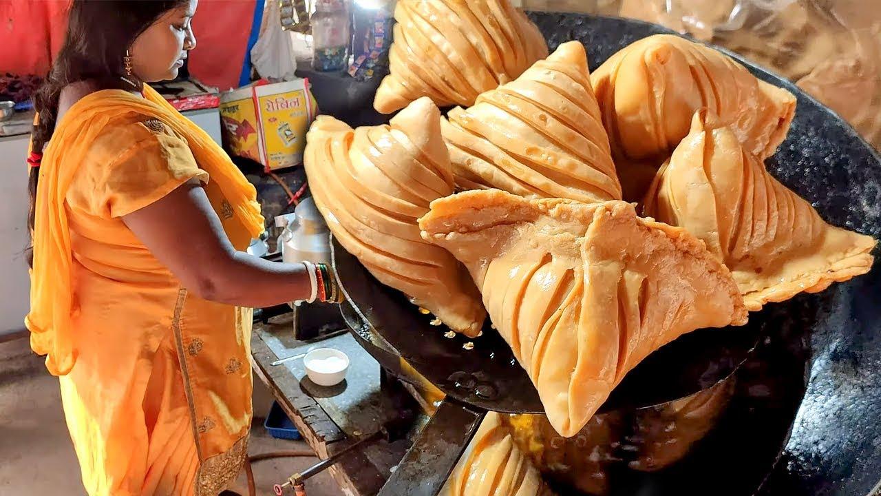 印度著名街头小吃,看看小贩展示如何做如何吃的
