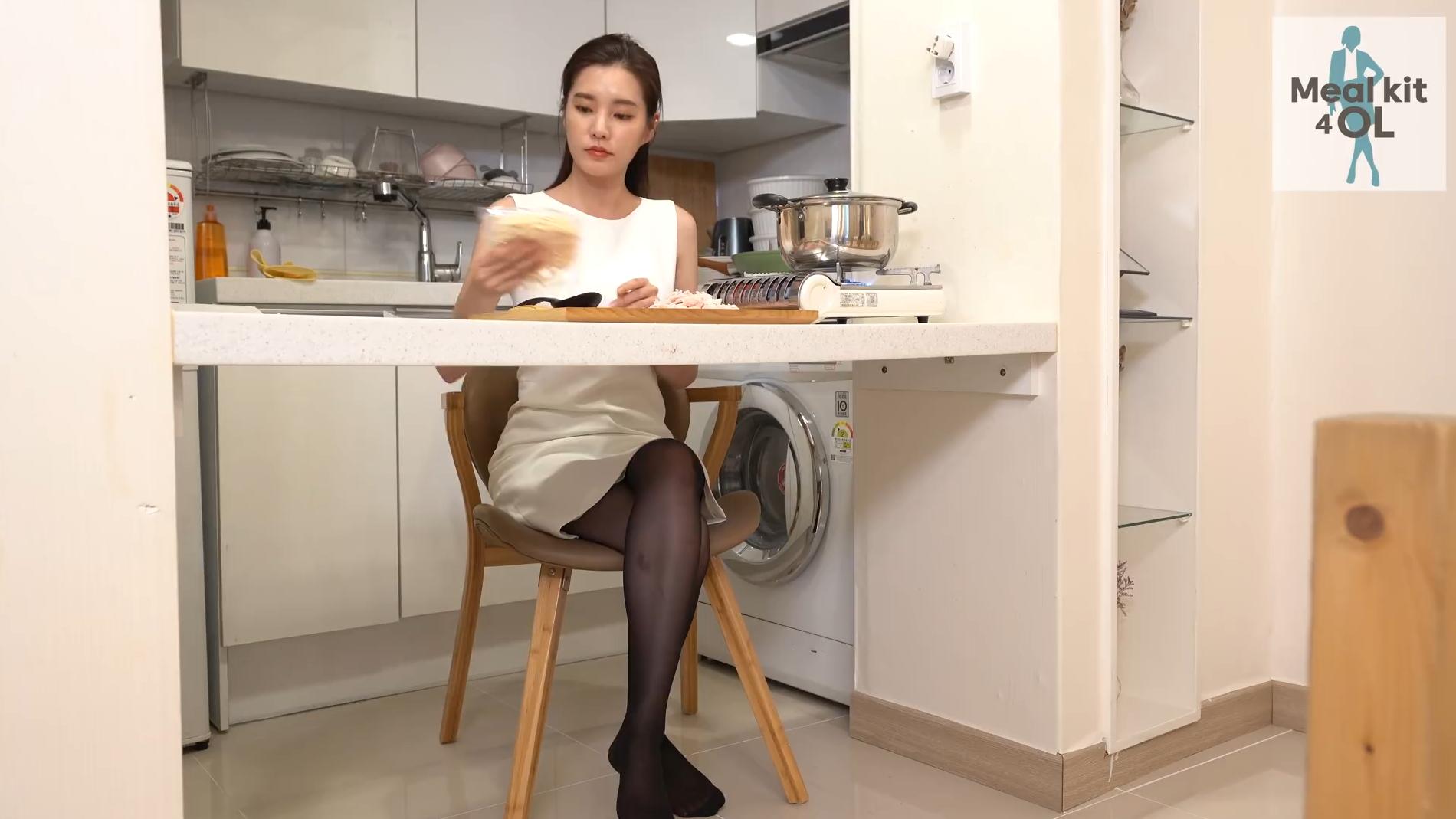 黑丝OL的下班生活~热腾腾的面条你们爱吃吗?