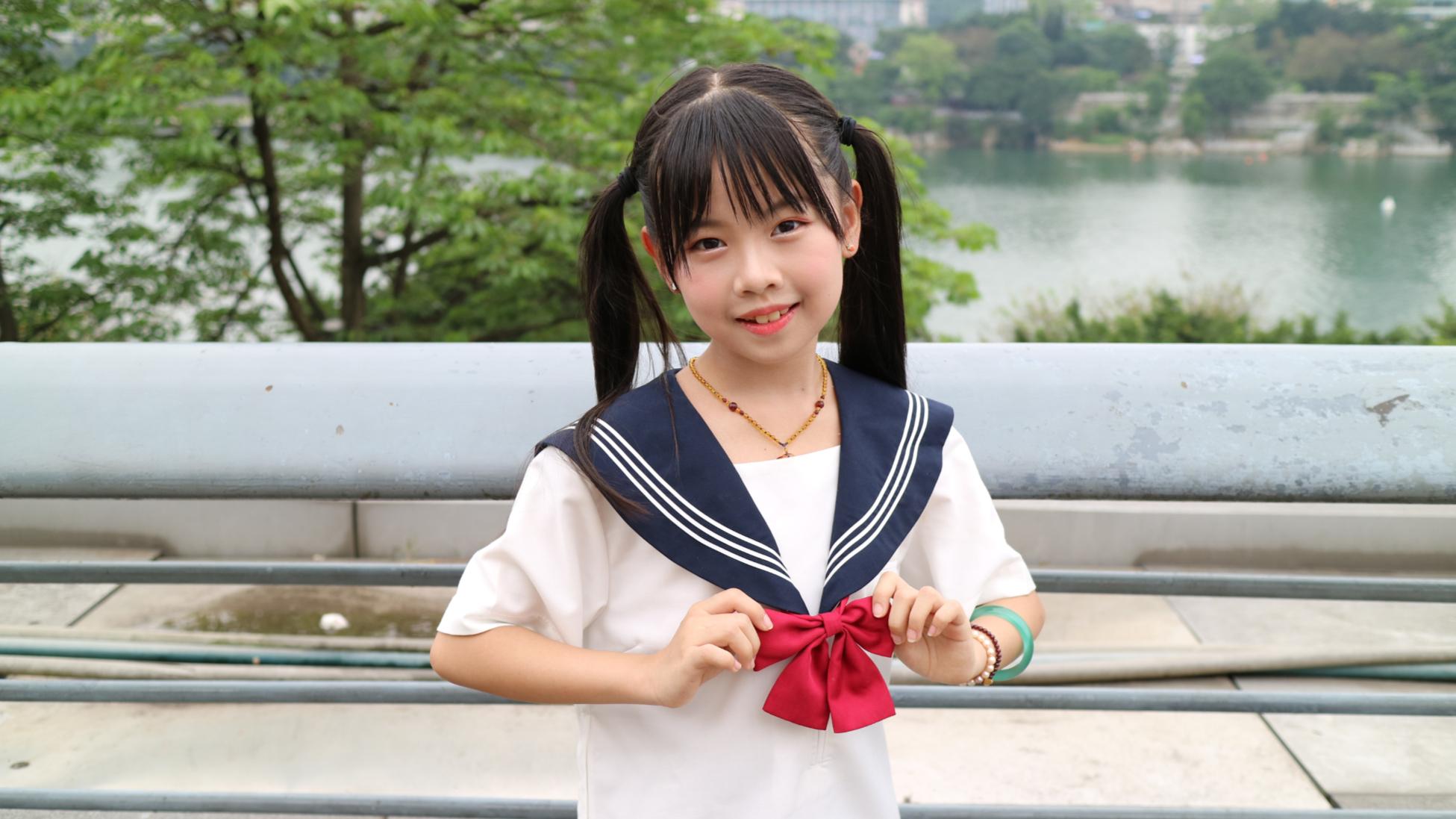 10岁小学生登台演唱《快乐星猫》主题曲,声音甜美治愈,有没有勾起你的童年回忆?