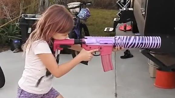 没见过,给七岁萝莉送的万圣节礼物竟然是真枪配件!