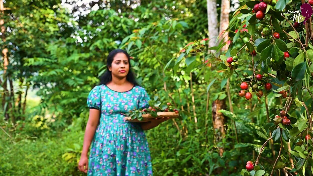 印度乡村女孩正在用樱桃番石榴做美味的甜点,番石榴这样吃太硬核了!
