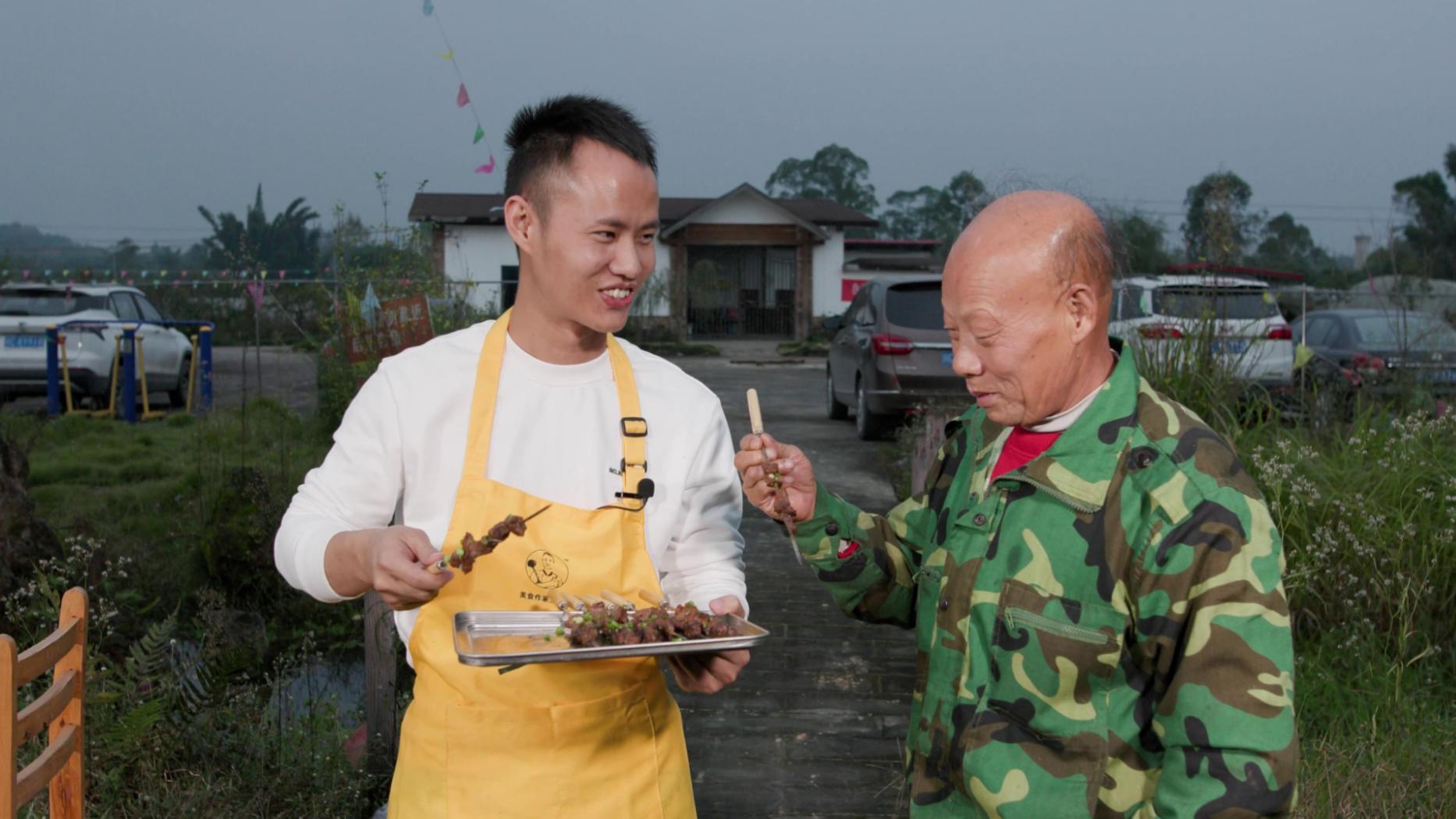 天气最近变凉,厨师长亲自下厨和同事一起聚餐烤串吃羊肉汤