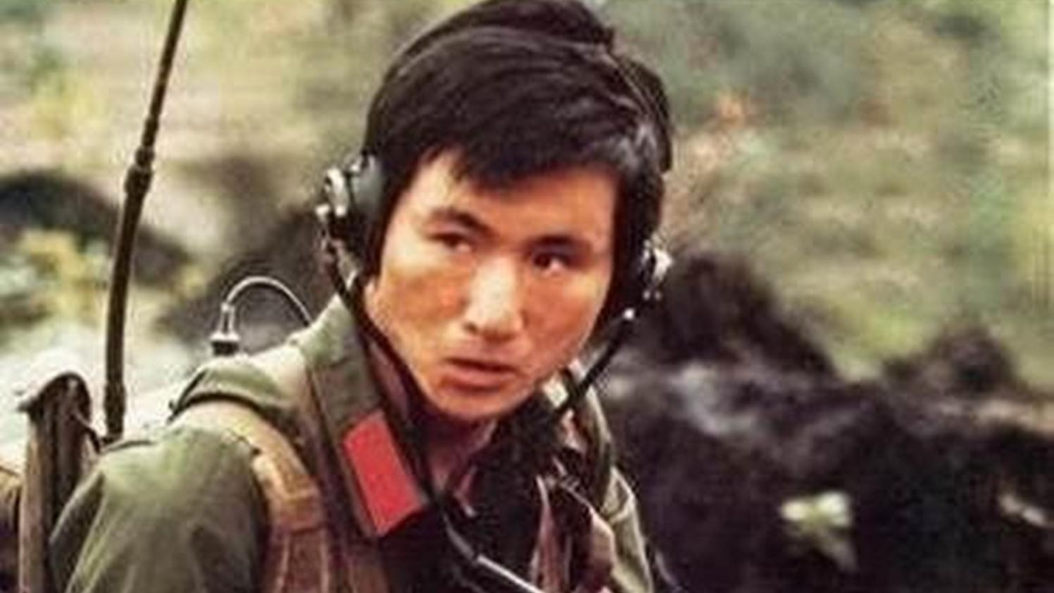 带杀气的眼神什么样?战斗英雄杨启良毙敌18人后,拍下了这张照片