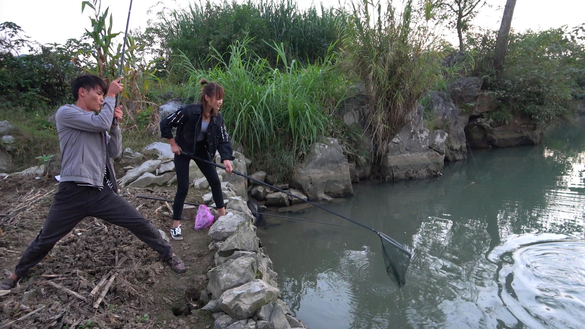 小明干完农活和小丫河边野钓,平静的水面下真藏货,两人开心了