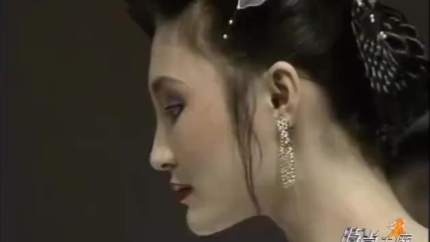 1989年中国首届模特大赛晚装环节,那个年代的美人都透着自带的独特气质啊