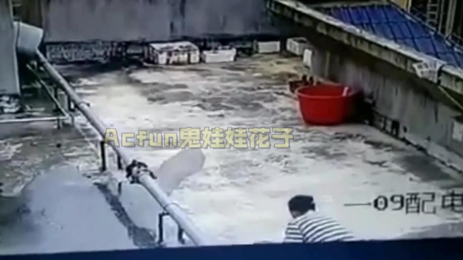 广西一13岁男孩家里偷汽油,泼小区天台点燃,火焰瞬间蔓延楼顶
