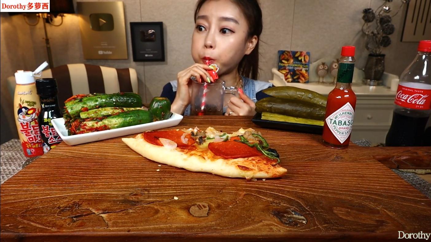 品尝在商店买的超大芝士披萨,蘸着火鸡蛋黄酱吃,味道超级棒!