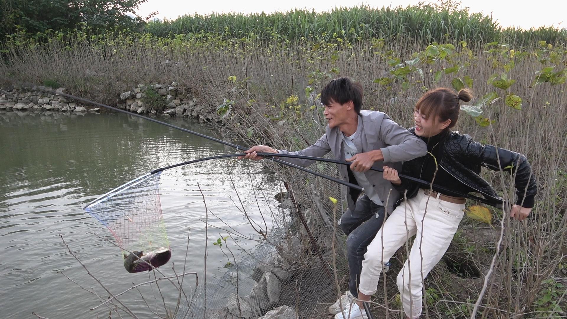 大哥鱼塘定价50元钓一天,小明和小丫试钓2小时,直呼赚大了