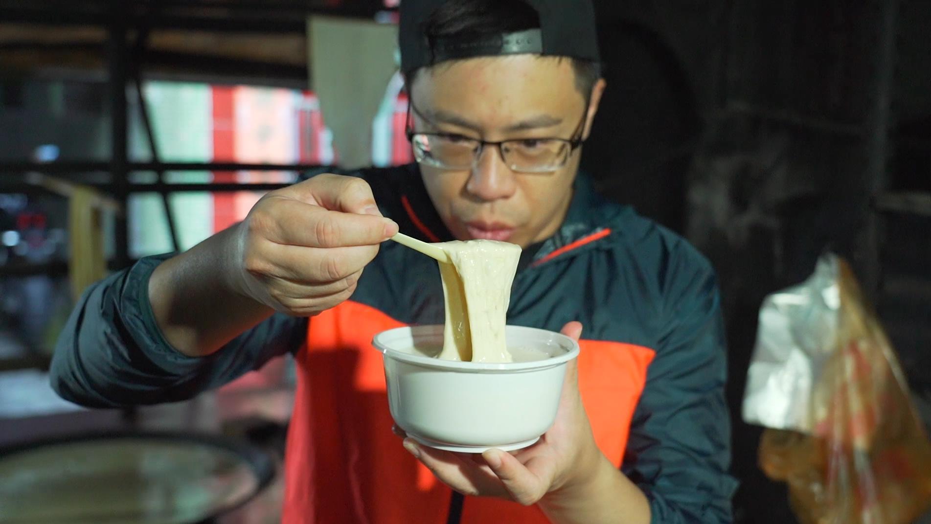 在有史以来环境最不讲究的一家店,喝到了让我们印象最为深刻的一碗豆浆!
