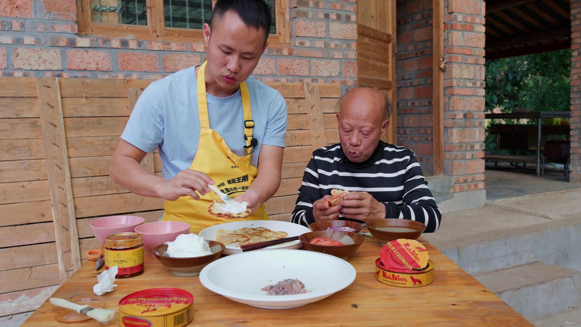 厨师长挑战鲱鱼罐头,试吃瑞典做法究竟味道如何