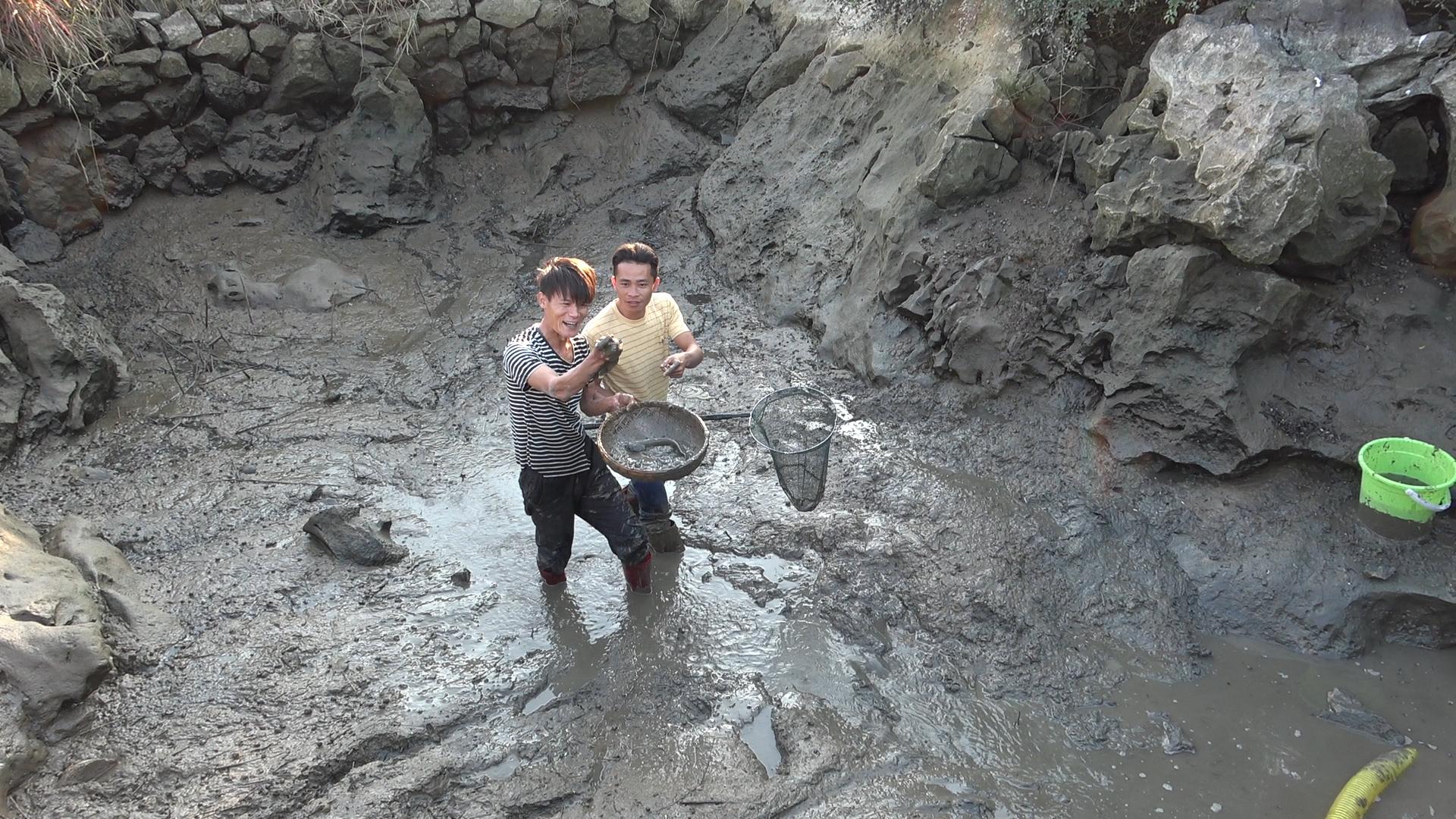 小明抽水抓鱼,两米深的大水坑狂抽2小时,80一斤的靓货抓到爆