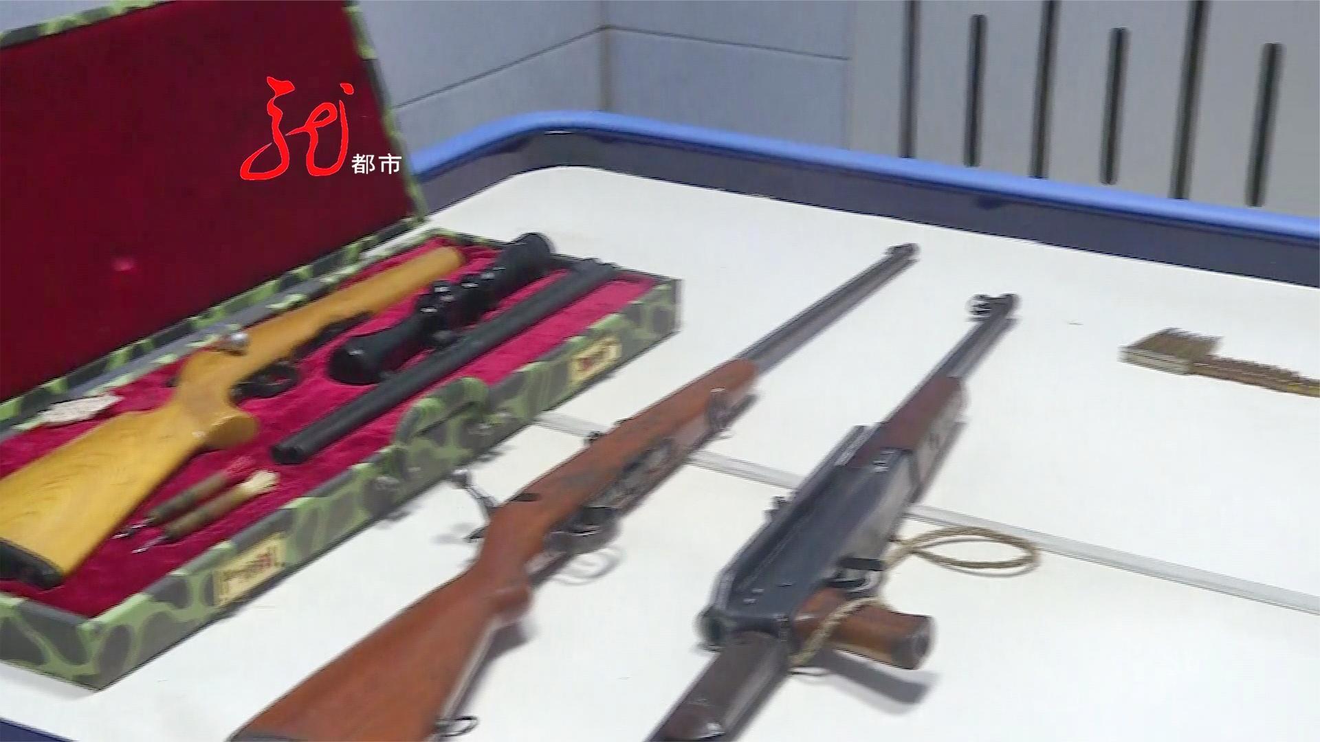 他想干啥?男子家里藏有三只枪几百发子弹 被警方查获