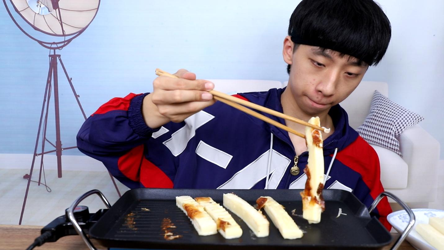 火爆韩国的烤芝士真的好吃吗?一根就要10块,帅小伙吃后...