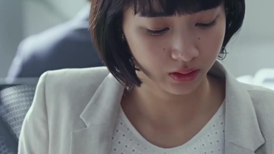 爱情短片《来自我以前喜欢的人》,将广告拍成了一部连续剧,讲了一个年少错过后又重遇的爱情故事