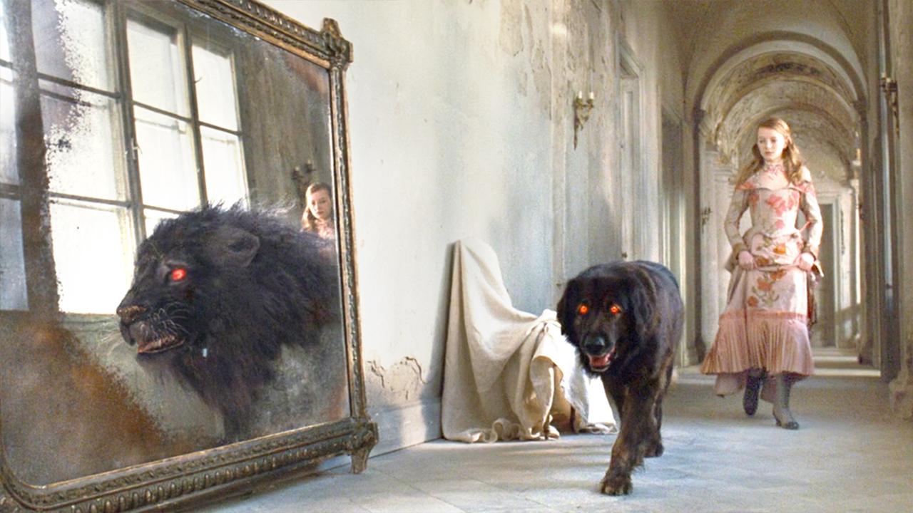 女孩发现一只诡异的黑狗,它路过镜子时,竟然变成了一头大黑狮!速看奇幻电影《月亮坪的秘密》