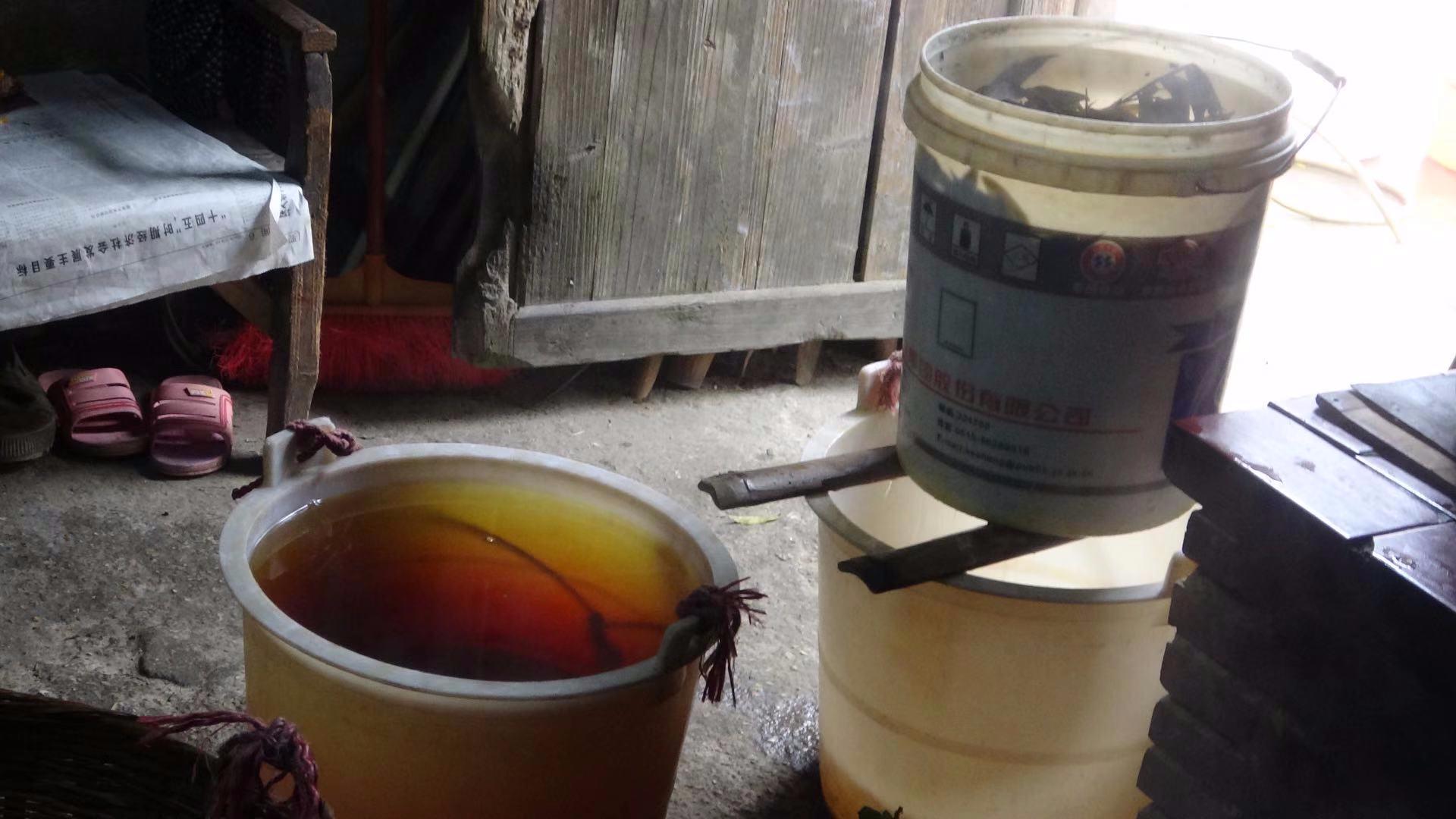宏扬农村传统文化:农村老妈妈带你了解纯天然碱水的烧制过程