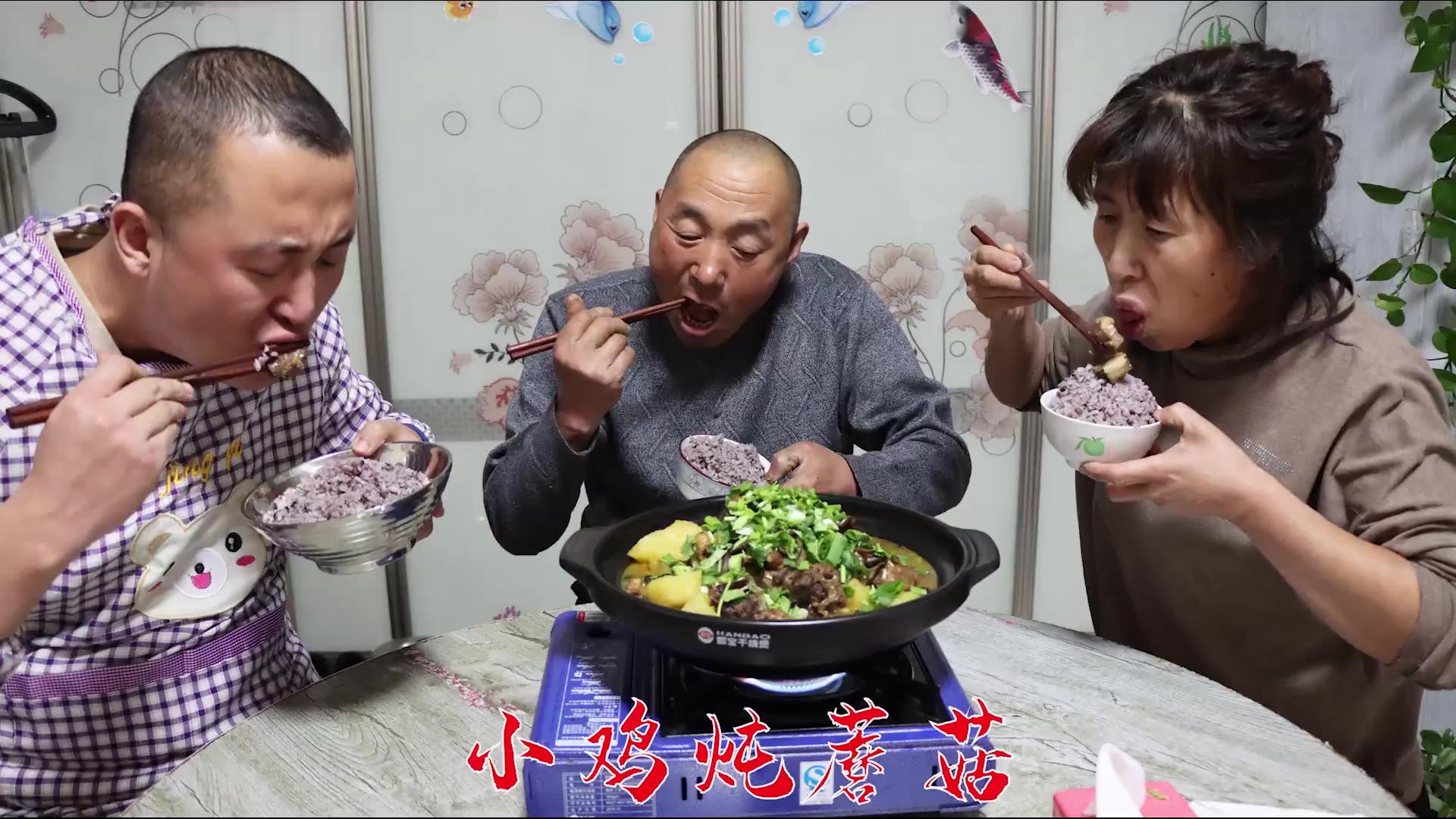 东北名菜小笨鸡炖蘑菇的做法,肉质软烂,鸡汤浓郁,名不虚传