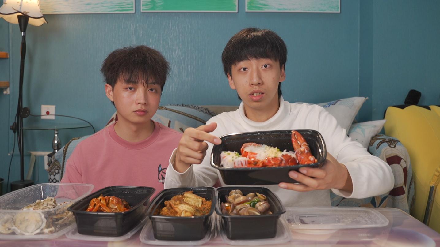 两帅小伙首次赶海,没想到赶到了满满一桌海鲜大咖!