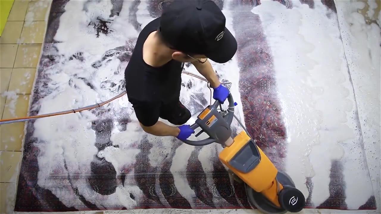 一块非常脏的地毯,看专业人士如何清洗的,长见识了