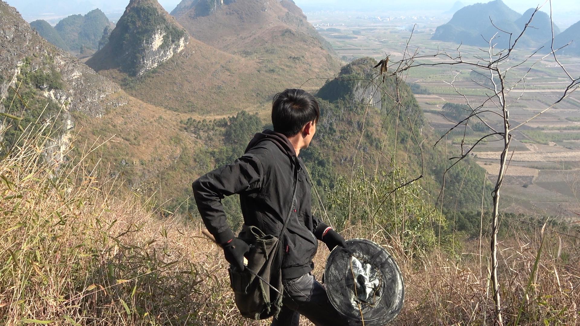 小明翻越两座大山寻找值钱货,一个上午就能挣几百块,累得值了