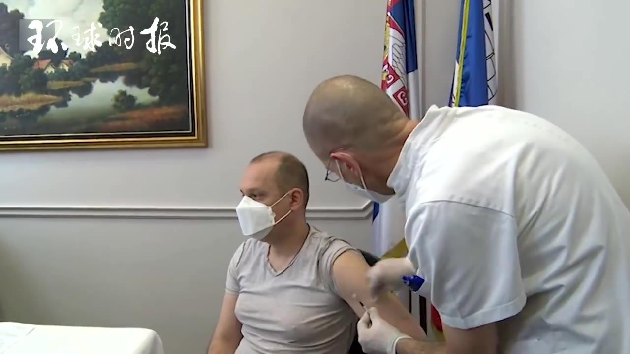 塞尔维亚卫生部长在电视上接种中国疫苗