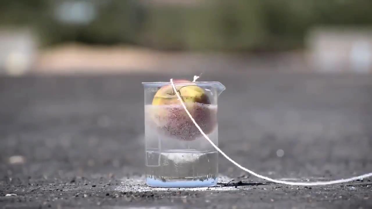 实验,当苹果遇上世界上最强的酸,需要几秒被完全熔解